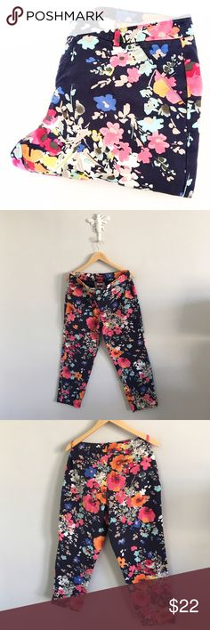 """Merona Women's Garden Floral Chinos Cropped Ankle Inseam: 25"""". Waist: 32"""". 97% cotton, 3% spandex.Gently pre-loved with no rips or stains. Please see all pictures for an accurate description of condition. Merona Pants Ankle & Cropped"""
