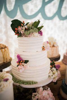 Hochzeitstorte mit Blumen | Mehr zu dieser Real Wedding auf http://www.hochzeitsplaza.de/real-weddings/rustikale-country-hochzeit-im-herbst-julia-und-matt |  Raelene Schulmeister Photography| #hochzeit #realwedding #love #inspiration #inspo #rustikal #hochzeitstorte #blumen #vintage