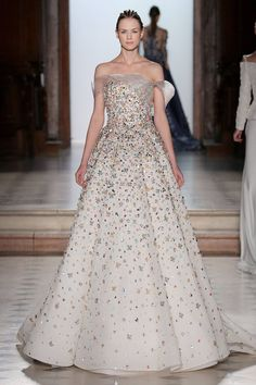 Find tips and tricks, amazing ideas for Tony ward. Discover and try out new things about Tony ward site Tony Ward, Vestidos Fashion, Fashion Dresses, Dresses Uk, Fashion Clothes, Style Couture, Couture Fashion, Abed Mahfouz, White Wedding Gowns