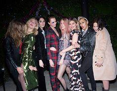 12月2日(現地時間)、バーバリーはクリスマスキャンペーンでの英国人女優/モデルのカーラ・デルヴィーニュとコラボレーションを記念し、ロンドンにあるイングリッシュパブで、クリスマスパーティを開催。 バーバリーとカーラ・デルヴィーニュがダブルホストを務めたパーティには、歌手のリタ・オラや、英国人女優のスキー・ウォーターハウス、英国人俳優のチャーリー・ハートン、またバーバリーのキャンペーンモデルを務めているエディ・キャンベルやクララ・パジェットなど、多くのセレブリティが来場しました。 今年のクリスマスキャンペーンは、カーラ・デルヴィーニュとマット・スミスをキャストに起用し、アラン、フェアアイル、アーガイルなどのニット、60年代に使われていたヴィンテージチェック、タータンといった伝統的なパターンや素材を、英国らしいエクレクティックで意外性のある スタイリングでまとっています。またフォトグラファーは、イギリスのユースカルチャーの象徴ともいえる写真を撮り続けていることで注目度の高い、アラスデア・マクレランです。