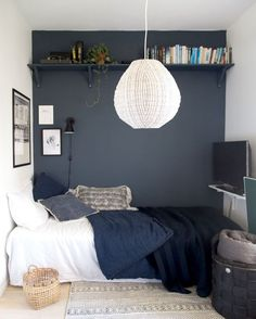 Un truco para decorar dormitorios pequeños Couple Bedroom, Small Room Bedroom, Blue Bedroom, Trendy Bedroom, Cozy Bedroom, Small Rooms, Bedroom Colors, Home Decor Bedroom, Girls Bedroom