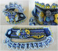 Unique de perles au crochet des Caraïbes bracelet manchette en variation de couleurs bleu - bleu foncé, lumière bleu, bleu ciel.  Bracelet au crochet de fil de coton, est orné de perles de verre, perles de rocaille toho japonaises. Perles de Тhe sont des variantes de couleurs jaunes, bleus, argent et cristallines. Ce bracelet est réalisé avec des perles haut de gamme. Le bracelet sont décorées avec des fleurs au crochet et perles boules. Bord supérieur du bracelet sont ornées de perles…