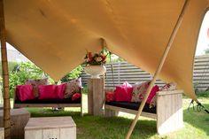 Bruiloft in eigen tuin en op zoek naar een bijzondere tent met leuke inrichting en aankleding... Wij zeggen: even FeestJeFeest bellen en klaar ben je!