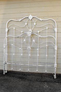 It took a good designer to be able to come up with a subtle curved design without the use of open ended scrolls #ironbeds #antiqueironbeds