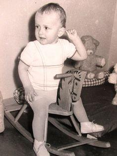 Orig Privat Foto ! zufriedener kleiner Junge im Kinderzimmer auf Schaukelpferd ! in Antiquitäten & Kunst, Fotografie & Fotokunst, 1940-1970 | eBay