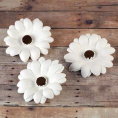 White Gumpaste Daisy cake decorations perfect for cake decorating rolled fondant wedding cakes and rolled fondant birthday cakes. | caljavaonline.com #caljava #fondant