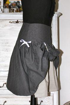jupe steampunk avec un tissu en jacquard gris et un jupon rayé
