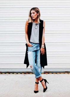 10 Maneiras de misturar jeans e alfaiataria num visual mega cool. Colete preto, regata cinza, calça boyfriend rasgada no joelho, scarpin preto, mary jenny