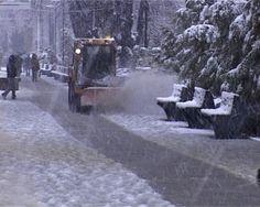 Două camione au blocat circulaţia la Baisa, iar un copac a cedat sub greutatea zăpezii.  Două camioane care nu aveau cauciucuri de iarnă au blocat circulaţia, astăzi, pe drumul dinspre Suceava spre Dorohoi, în zona Baisa.    Cei de la Secţia de Drumuri Naţionale au intervenit, însă, şi au reuşit să fluidizeze traficul.  În plus, un copac a cedat sub greutatea zăpezii şi a căzut pe carosabil.  Drumarii acţionează cu 12 utilaje.  Daca ti-a placut articolul, urmareste Jurnalonline.info pe… Drum, Snow, Outdoor, Truck, Outdoors, Outdoor Games, Outdoor Living, Eyes, Drums