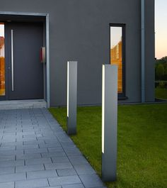 Tendo LED Bollard Light features aesthetic concept in a simple appearance. This stunning bollard comes in a solid aluminum body and satin acrylic diffuser. This bollard is perfect to illuminate paths, driveways, gardens and more. Driveway Lighting, Backyard Lighting, Outdoor Lighting, Outdoor Decor, Facade Design, Patio Design, Modern Exterior Lighting, Led, Modern Driveway