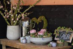 Het tuinhuis  decoratie tafeltje weer wat opgevrolijkt, Decoratiemateriaal afkomstig van webshop www,decoratietakken.nl Planter Pots, Plant Pots