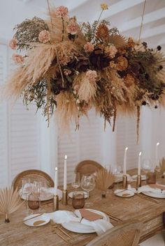 Wedding Table Settings, Wedding Table Centerpieces, Flower Centerpieces, Table Decorations, Hanging Centerpiece, Centerpiece Ideas, Setting Table, Table Wedding, Flower Decorations