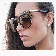 Óculos de sol de muito poder e elegância. Atitude Eyewear com modelos a partir de 10x R$ 1500! REF: 1825623 #Safira #ÉpraVocê #SafiraOnline #ÓculosdeSol #Poder #Elegancia