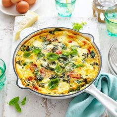 This stunning frittata caprese with spinach, tomato and ricotta is the perfect brunch, lunch or dinner idea. This vegetarian frittata is a wonderful fuss-free midweek dinner idea that will feed the whole family. Vegetarian Frittata, Healthy Frittata, Frittata Recipes, Vegetarian Food, Diet Soup Recipes, Skillet Recipes, Healthy Snacks, Healthy Recipes, Egg Dish