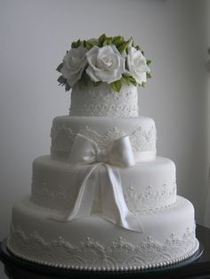Beautifully detailed traditional white wedding cake with white roses on top❣ Ana Beatriz Carrard