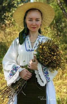 Folk Costume, Costumes, Romania People, Romanian Flag, Ethnic Fashion, People Around The World, Ancestry, Style Inspiration, Popular