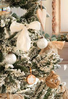 En rojo, en blanco y con detalles rústicos, personal con adornos handmade... Si buscas ideas para decorar el árbol de Navidad, inspírate en estos 3 árboles