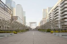 Esplorando le vie della Défense si ha una sensazione di vuoto: il movimento e la frenesia delle persone sono limitati alle due stazioni della metropolitana, ai negozi e agli edifici commerciali. Al di fuori di questo, sembra di essere sospesi in una realtà rarefatta, proiettati nel modellino di una città futuristica già popolata, ma non ancora abitata.