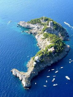 Dolphin Shaped Island in Italy. Steeped in mythology and breathtaking natural beauty, the Sirenusas, also known as Li Galli, are an archipelago of tiny limestone islands, just off the Amalfi Coast in Southern Italy. Dream Vacations, Vacation Spots, Places To Travel, Places To See, Travel Destinations, Wonderful Places, Beautiful Places, Amazing Places, Beautiful Sky