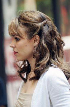 For an easy half updo you can twist the sides of your hair back like Rachel McAdams in the movie Morning Glory. Love the caramel highlights! Medium Length Hair With Layers, Up Dos For Medium Hair, Medium Hair Styles, Curly Hair Styles, Casual Hairstyles, Twist Hairstyles, Pretty Hairstyles, Wedding Hairstyles, Graduation Hairstyles