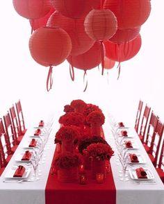 Une table entre rouge et blanc, pour une occasion spéciale. Les fleurs et les lampes suspendues donnent un effet de volume très appréciable ! #red #decoration
