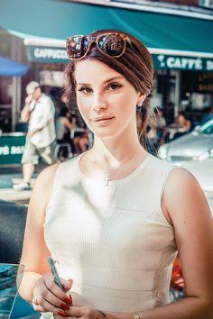 Lana Del Rey (Elizabeth Woolridge) Il faut attendre l'automne 2011 pour voir le phénomène Lana Del Rey exploser avec la vidéo du titre « Video Games », propagée par les réseaux sociaux sur internet. En 2012 sort l'album Born to Die qui connaît également un grand succès. Lana Del Rey s'est d'abord fait appeler Lizzy Grant avant de choisir le pseudonyme Lana Del Rey. Pinterest : dream on (@whywhyn0t)