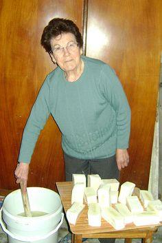 Me cuenta mi abuela, que su madre (mi bisabuela), era jabonera y vendía jabones al por mayor a mujeres que lo cortaban y lo vendían en porc...