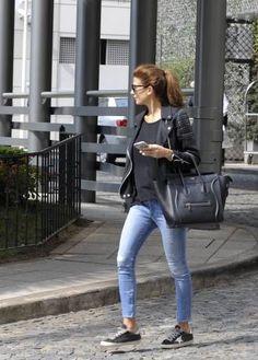 Su look urbano es totalmente chic. Juliana es una de esas personas que logra estar elegante con un par de sneakers.Foto: Archivo Atlántida/Televisa | Pinterest…