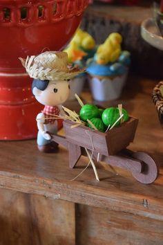 Veja nossa seleção com 80 fotos inspiradoras para decorar uma festa infantil com tema de fazendinha. Farm Animal Cakes, Farm Animal Party, Farm Themed Party, Farm Party, Diy Arts And Crafts, Diy Crafts For Kids, Clay Crafts, Farm Birthday, Birthday Parties