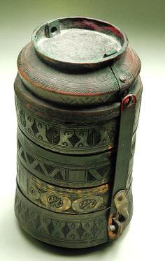 Σκεύος με κάλυμμα για μεταφορά τροφής (σεφέρ τασί). Εγχάρακτος φυτικός και γεωμετρικός διάκοσμος. Χαλκός, σίδηρος. Οθωμανική περίοδος