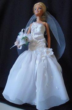 Estou hoje postando lindas bonecas vestidas de Noivas. Serve como inspiração! Rosette Cookies, Wedding Doll, Girls Dresses, Flower Girl Dresses, Bridal Gowns, Wedding Dresses, Bride Dolls, Barbie World, Rosettes