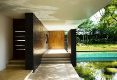 Interior/exterior overflow at The Cluny House in Singapore by Guz Architects Dream Home Design, House Design, Terrasse Design, Architecture Résidentielle, Singapore Architecture, Fish House, Sun House, Modern Pools, Tropical Style