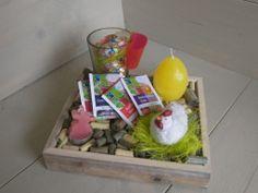 gezellig voorjaarsdienblaadje met theeglas en fairtrade thee