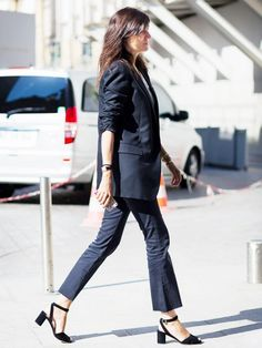 office look cropped flare blazer emmanuelle alt Lady Like, Cropped Flare Pants, Cropped Jeans, Crop Flare, Work Fashion, Denim Fashion, Emmanuelle Alt Style, Moda Do Momento, Flare Jeans Outfit