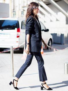 office look cropped flare blazer emmanuelle alt Lady Like, Cropped Flare Pants, Cropped Jeans, Crop Flare, Work Fashion, Denim Fashion, Emmanuelle Alt Style, Flare Jeans Outfit, Style Work