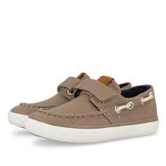 Sneakers estilo mocasín en color gris topo con cierre de velcro. Detalle de cordones a lo largo del talón. Corte, forro y plantilla textiles.