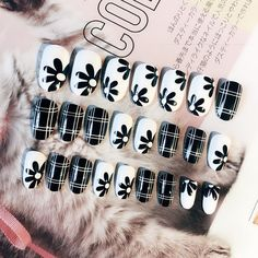 24 Pcs Press on Nails with Glue Sticker High Quality False Nail Elegant Black White Lattice and Flower Oval Short Fake Gel Nails, Gel Nail Tips, Nail Manicure, Nail Polish, Wholesale Nail Supplies, Diy Nails Stickers, Nail Length, Round Nails, How To Clean Makeup Brushes