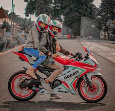 Motorcycle Couple Pictures, Biker Couple, Biker Love, Biker Girl, Cute Funny Baby Videos, Cute Funny Babies, Tamil Tattoo, Fruit Juicer, Pet Fox