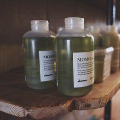 Kuruyan saçlara roka ekstresi ile bakımını yapan Davines Momo Şampuan... Özellikle kış günlerinde artan ısı veren ürün kullanımı sonrası kuruyan saçlar için ideal günlük bakım olanağı sunuyor.