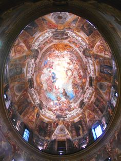 No hay en España muchas iglesias de planta elíptica y menos con esta decoración : La Apoteosis de San Antonio de Juan Miranda Carreño.