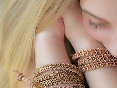 Du spielst schon seit längerem mit dem Gedanken Dir ein Leder-Wickelarmband zu machen? Dann geht's dir ähnlich wie Anette vom Blog Lebenslustiger. Die mühselige Fädelei, war ihr dann allerdings doch zu aufwendig, also hat sie kurzerhand eine einfachere Methode erfunden. Geht schneller und macht mehr Spaß!