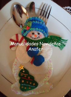 Porta cubiertos de Muñeco de Nieve (ditch the tree and candy cane, but super cute idea) Christmas Ornaments To Make, Christmas Sewing, Felt Ornaments, Handmade Christmas, Christmas Holidays, Snowman Crafts, Christmas Projects, Felt Crafts, Holiday Crafts