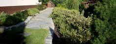 granitowa ścieżka w ogrodzie przydomowym wg projektu autorstwa PracowniaOkaz