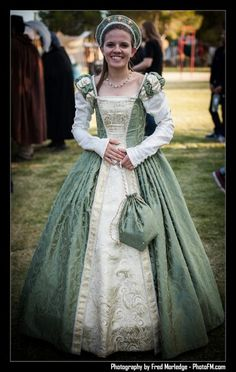 Renaissance Faire costume. This dress is beautiful. I love the entire outfit, especialy the colors.