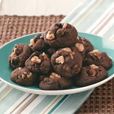 Chocolate Cake Cookies Recipe from Taste of Home. Cake mix + pudding mix + mayo… Chocolate Cake Cookies Recipe from Taste of Home. Easy Chocolate Chip Cookies, Chocolate Fudge Cake, Chocolate Cookie Recipes, Taste Of Home, Köstliche Desserts, Delicious Desserts, Yummy Food, Chocolate Mayonnaise Cake, Cake Mix Cookies