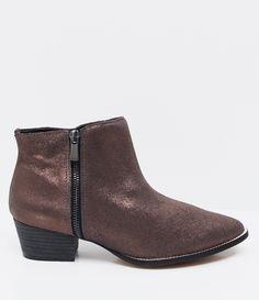Bota feminina  Material: sintético  Marca: Satinato  Com cano médio     COLEÇÃO VERÃO 2017     Veja outras opções de    botas femininas.        Sobre a marca Satinato     A Satinato possui uma coleção de sapatos, bolsas e acessórios cheios de tendências de moda. 90% dos seus produtos são em couro. A principal característica dos Sapatos Santinato são o conforto, moda e qualidade! Com diferentes opções e estilos de sapatos, bolsas e acessórios. A Satinato também oferece para as mulheres tudo…