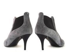 Référence: Ba Boots Elas T7 en nubuck gris Marque:Ballin Type: Boots à élastiques Hauteur de talon:7 cm Semelle: Cuir à patin de gomme antidérapant