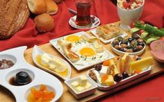 a nice turkish breakfast for guests Turkish Breakfast, Breakfast Desayunos, Perfect Breakfast, Breakfast Presentation, Breakfast Table Setting, Look And Cook, Morning Food, Dairy, Yummy Food