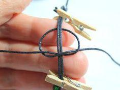 Größenverstellbaren Verschluss für deine selbstgemachten Armbänder knoten Um einen eigenen Verschluss für deine Armbänder zu machen...