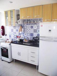 O grande destaque da cozinha decorada por Erica Tassara e o marido fica por conta dos adesivos que imitam ladrilhos hidráulicos na parede. Na mudança, eles trouxeram armários da antiga casa, que, como na capa de MINHA CASA de janeiro de 2013, não têm a mesma cor dos gabinetes.